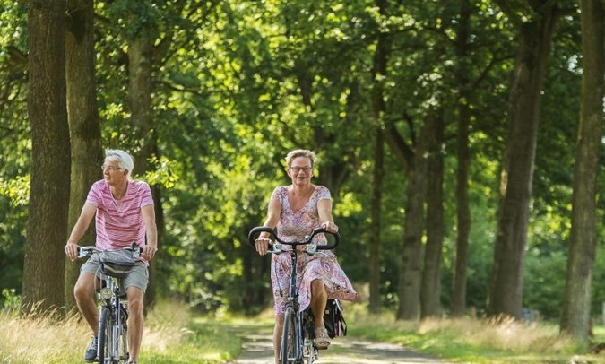 fietsen wat ouder stel