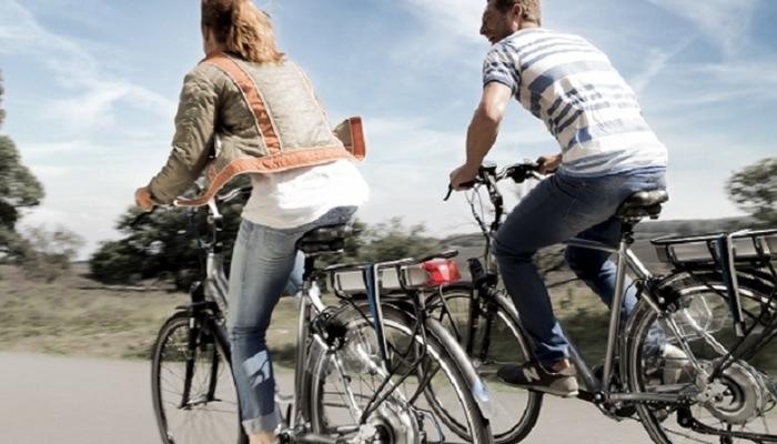 fietsen jong stel